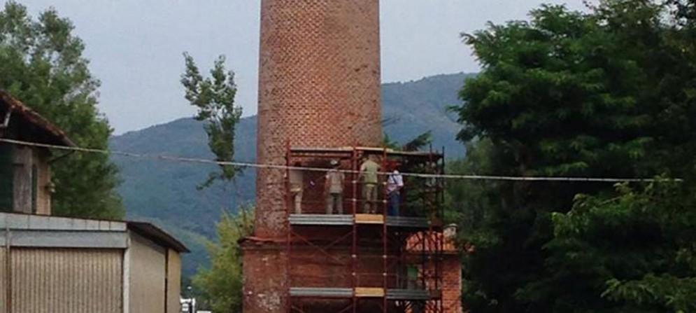 Gli operai al lavoro sulla ciminiera di Rubignacco per posizionare la cariche esplosive