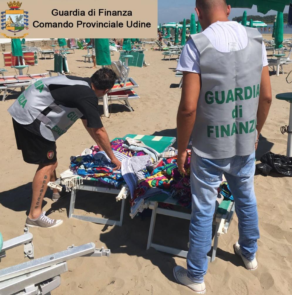 I finanzieri all'opera sulle spiagge