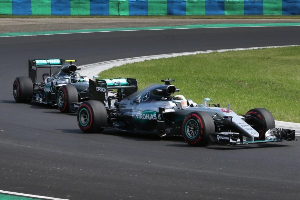 Lewis Hamilton davanti a Nico Rosberg in azione nelle prove libere in Ungheria
