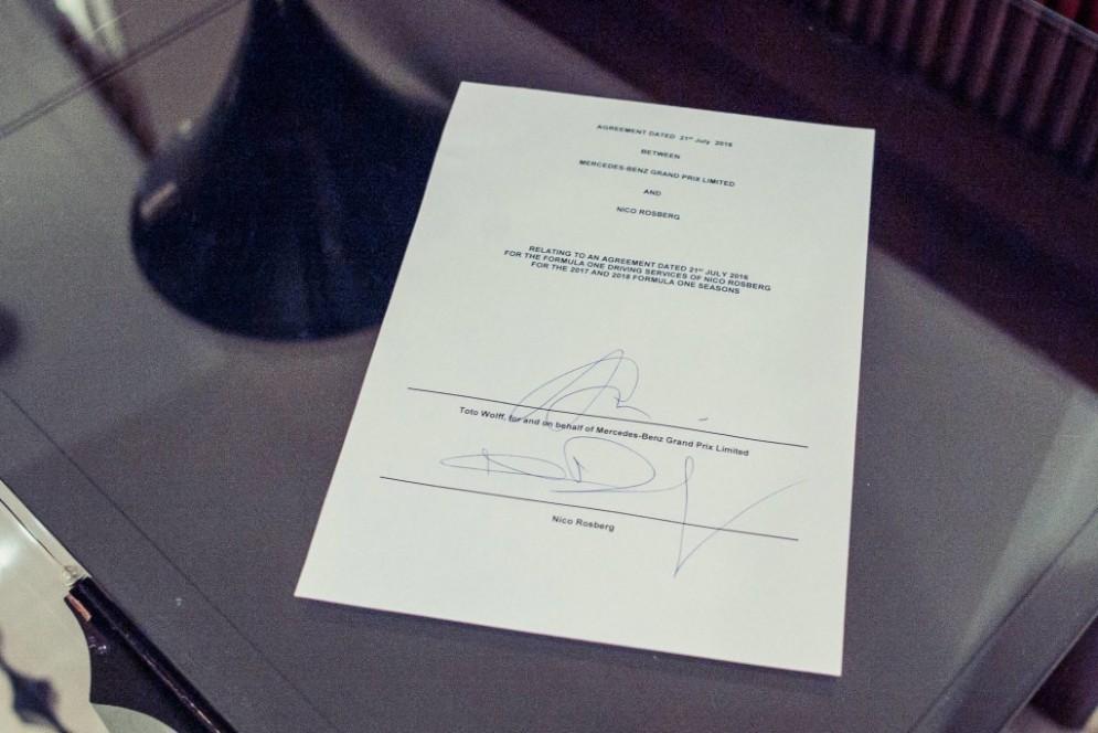 Il contratto biennale appena firmato da Rosberg e Wolff