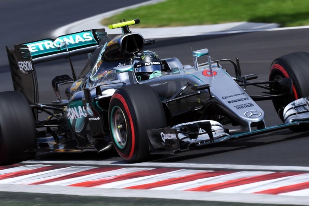 Nico Rosberg in azione nelle prove libere all'Hungaroring