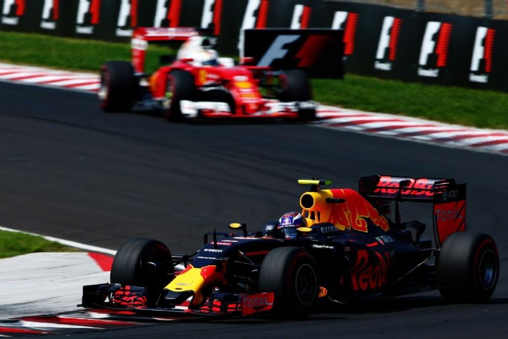 Max Verstappen davanti alla Ferrari oggi in gara