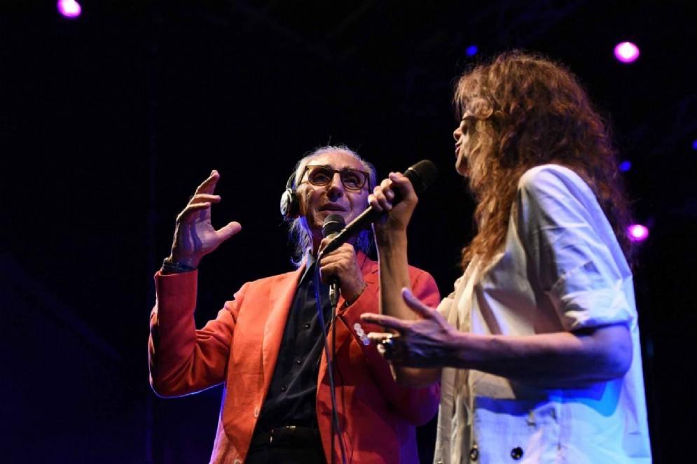 Franco Battiato e Alice sul palco del Gru Village (© Gabriele Bolognesi)