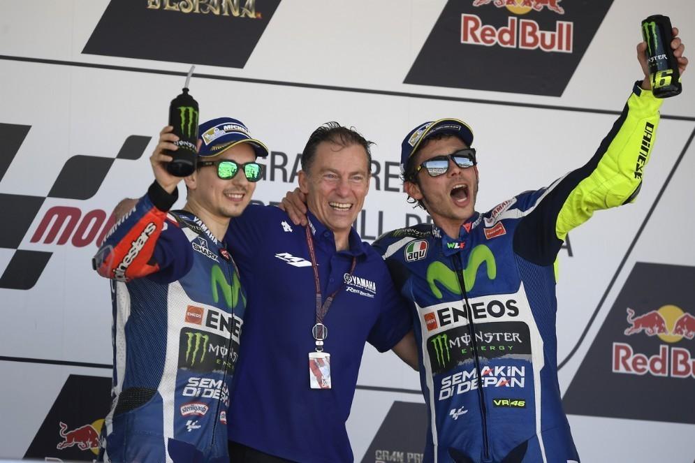 Il team principal Lin Jarvis sul podio tra Jorge Lorenzo e Valentino Rossi