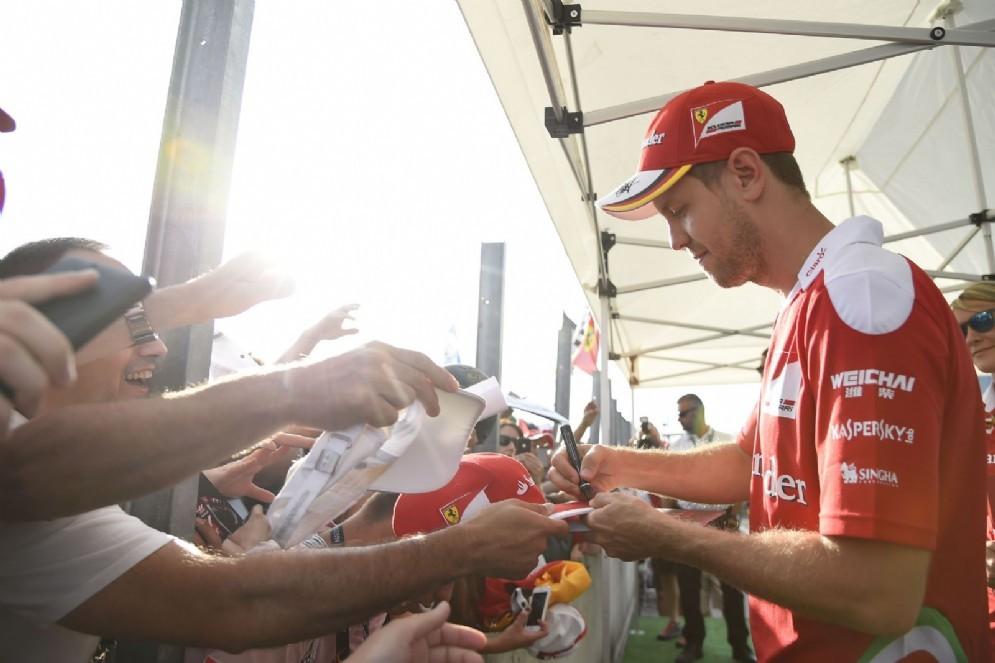 Sebastian Vettel con i suoi tifosi