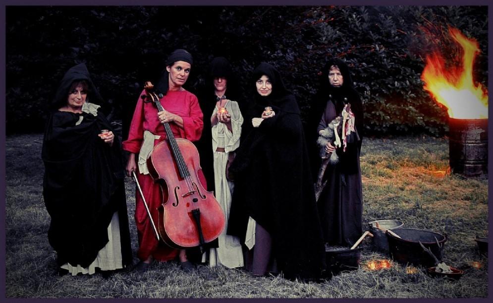 Un'immagine dello spettacolo Il paese delle streghe in programma a Miagliano
