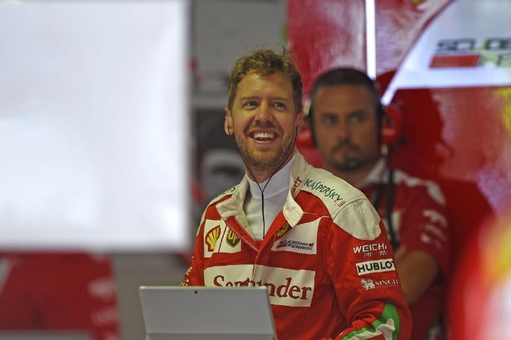 Sebastian Vettel sorridente oggi ai box