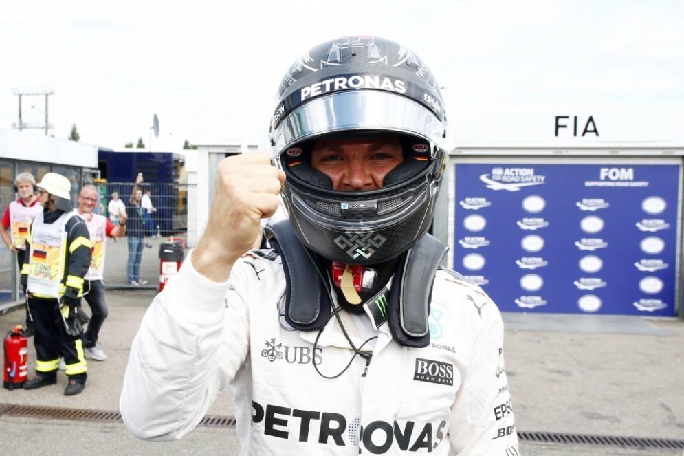 Nico Rosberg festeggia la pole position a Hockenheim