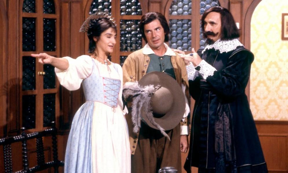 Anna Marchesini con Tullio Solenghi e Pippo Baudo in una scena dei Promessi Sposi