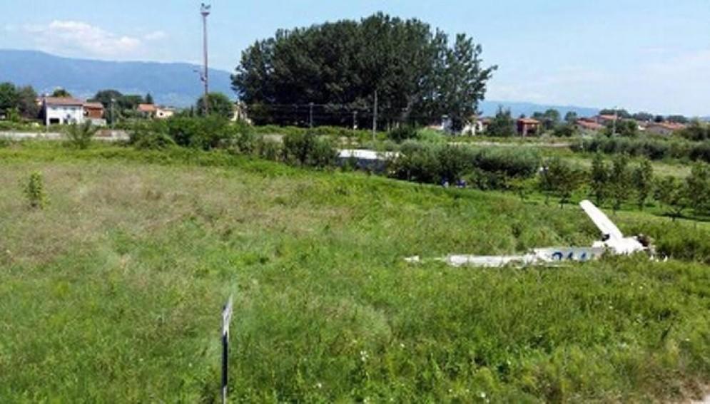 I resti del relitto dell'aereo precipitato a Camino