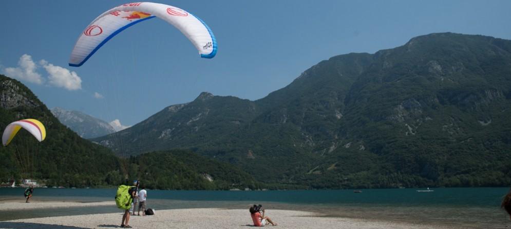 Sulle rive del Lago dei Tre Comuni (Cavazzo, Trasaghis, Bordano) va in scena la Coppa del Mondo di parapendio acrobatico