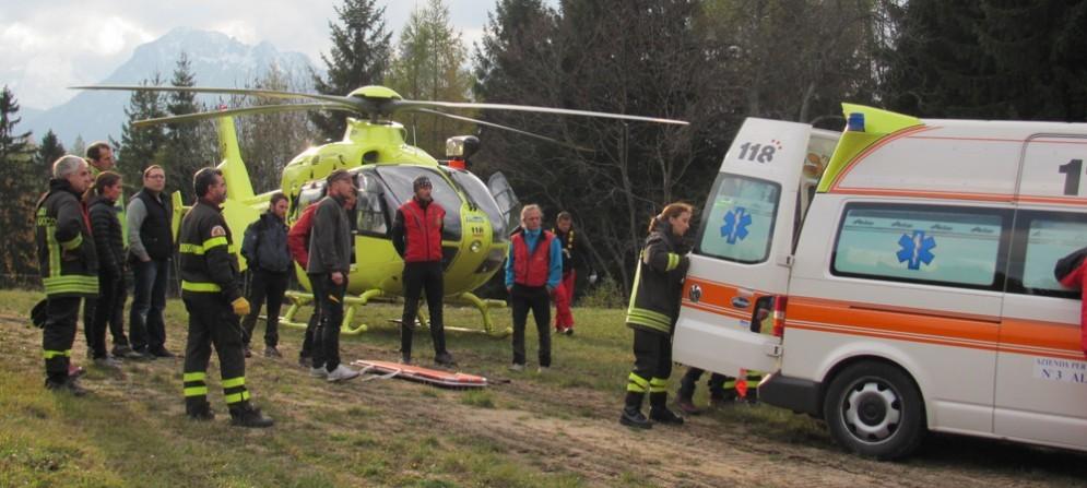 Tragedia in montagna a Moggio Udinese, nell'immagine di repertorio gli uomini del soccorso alpini al lavoro