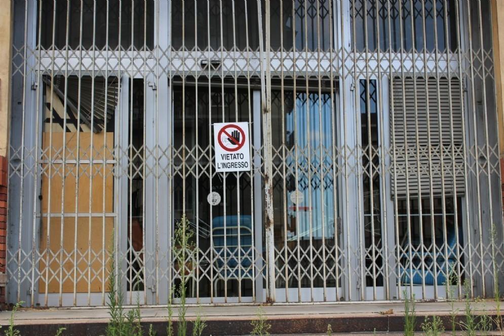 L'ingresso del vecchio ospedale di Biella, che indica chiaramente il divieto di accesso (© Diario di Biella)