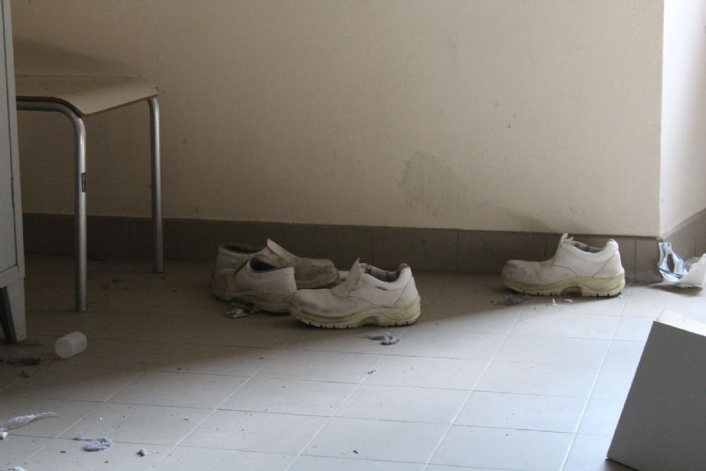 Scarpe abbandonate in una delle tantissime stanze