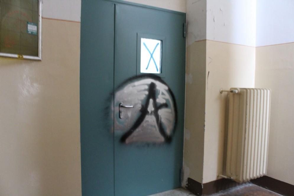 Scritte, disegni e altro non paiono mancare sui muri e le porte dell'ex ospedale