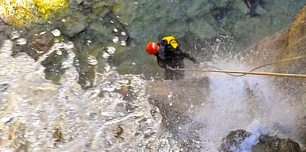 Un appassionato impegnato nell'attività del canyoning