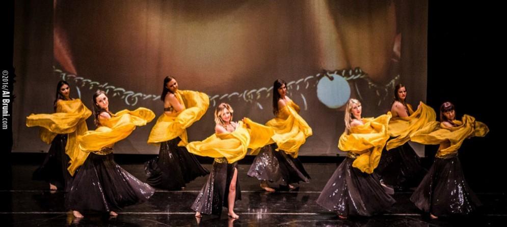 Una dei gruppi di danza del ventre di Evi Innocentin