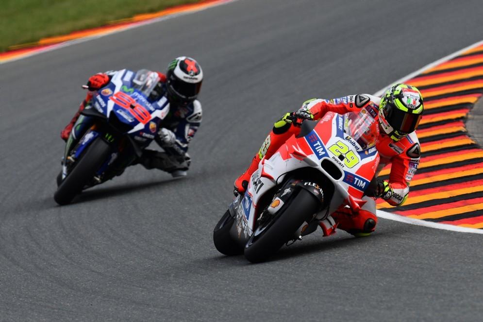 Andrea Iannone in azione davanti a Jorge Lorenzo