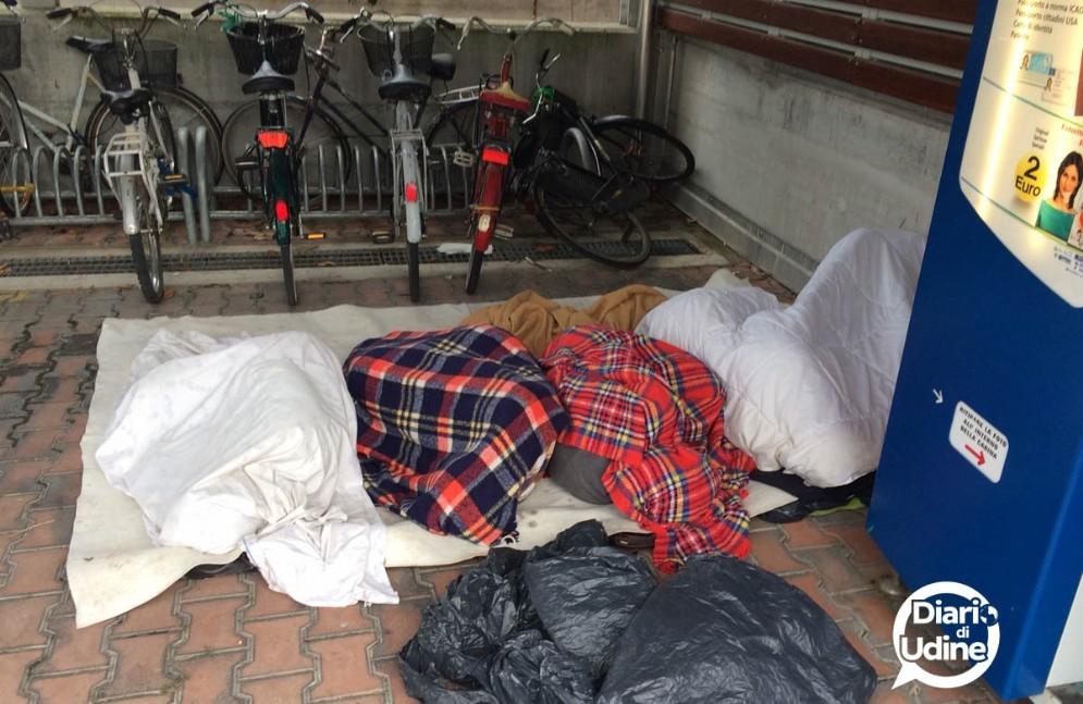 I migranti accampati nel parcheggio Moretti