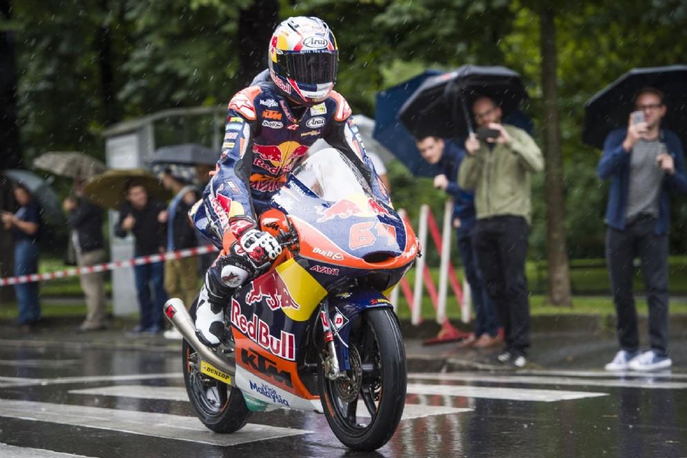 Bo Bendsneyders sfila con la sua moto