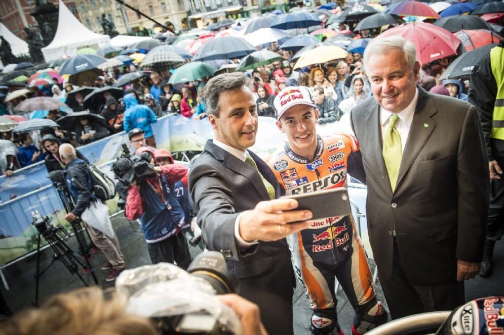 Il leader del Mondiale con il sindaco e il governatore locali