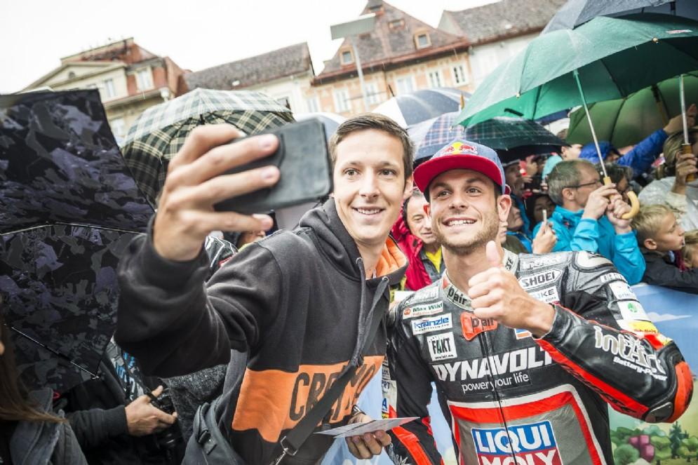 Sandro Cortese scatta foto con i tifosi