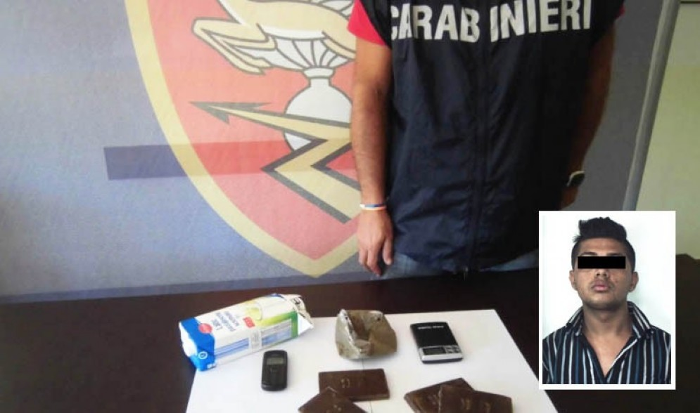 Il materiale sequestrato e, nella foto, il pakistano arrestato