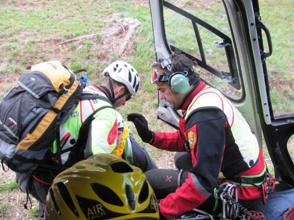 Volontari del Cnsas scendono dall'elicottero