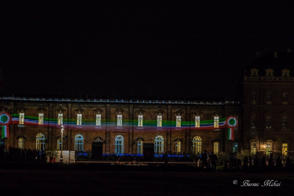 Nel buio della notte, il tricolore italiano