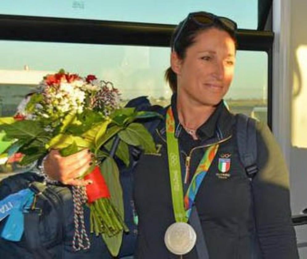 Chiara Cainero con la medaglia olimpica al collo