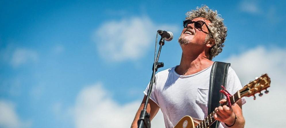Niccolò Fabi durante il suo concerto al Rifugio Gilberti, in occasione del No Borders