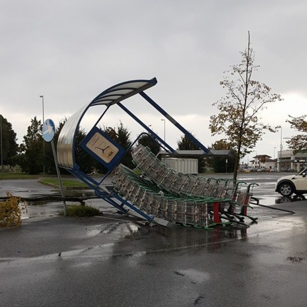 Il vento ha divelto una delle casetta porta carrelli a Udine Nord
