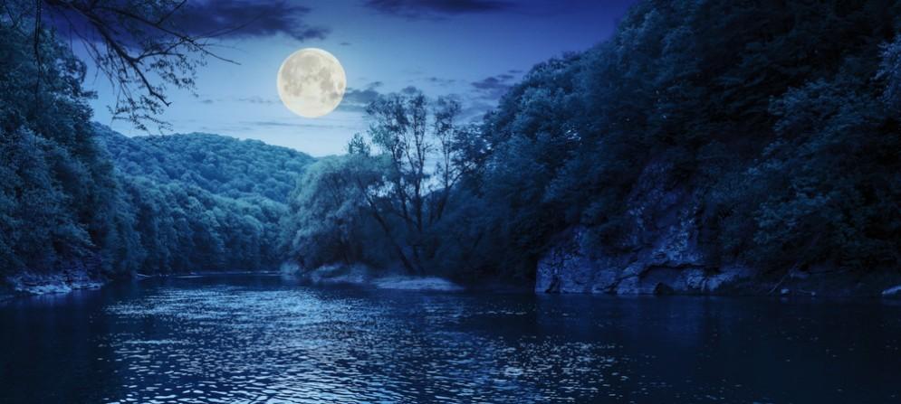 Una gita notturna in canoa nel plenilunio d'agosto