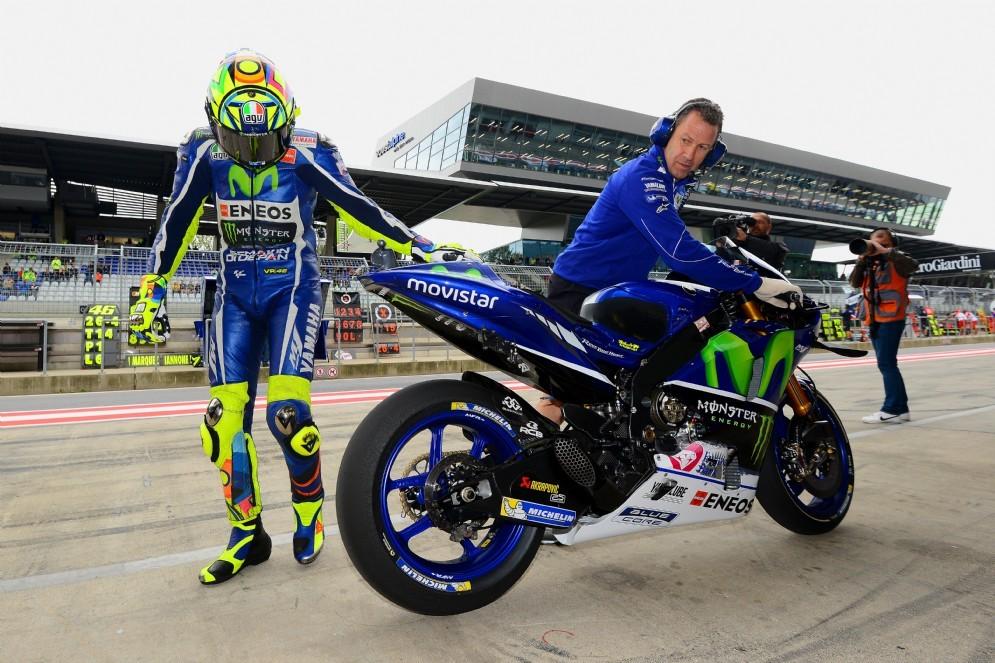 Valentino Rossi con la sua Yamaha M1