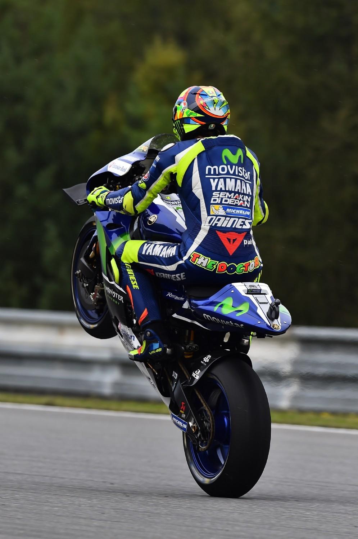 Valentino Rossi impenna sulla pista di Brno