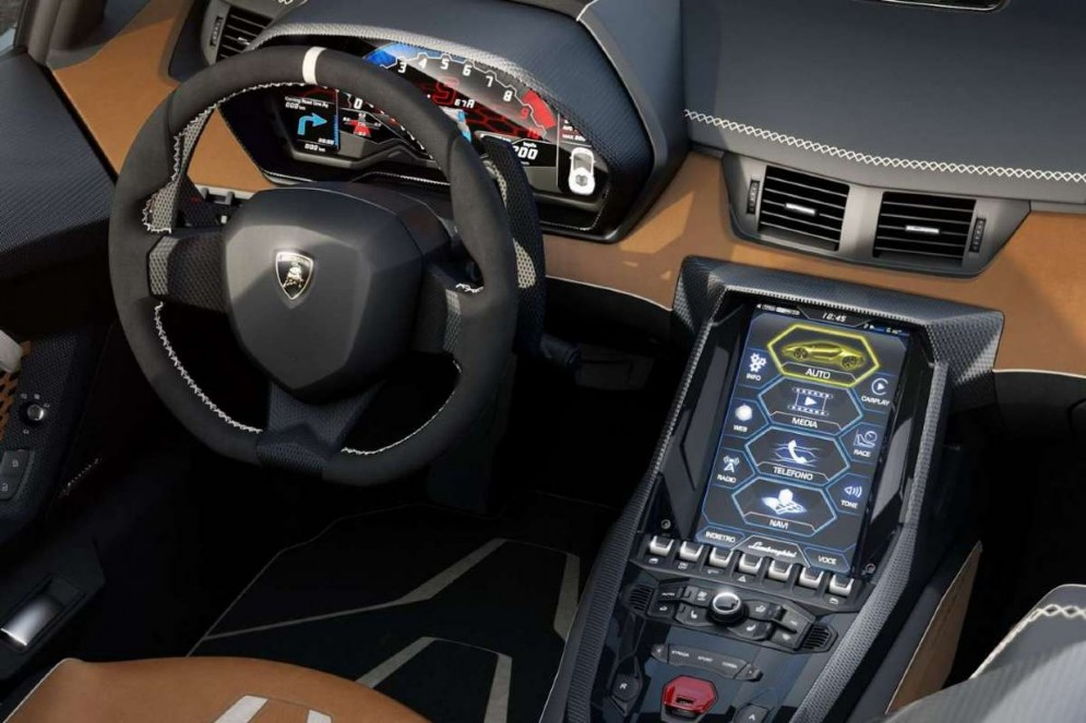 Il sistema di infotainment è dotato di touchscreen da 10.1 pollici ad alta definizione. Consente di collegarsi a internet ed è compatibile con Apple CarPlay