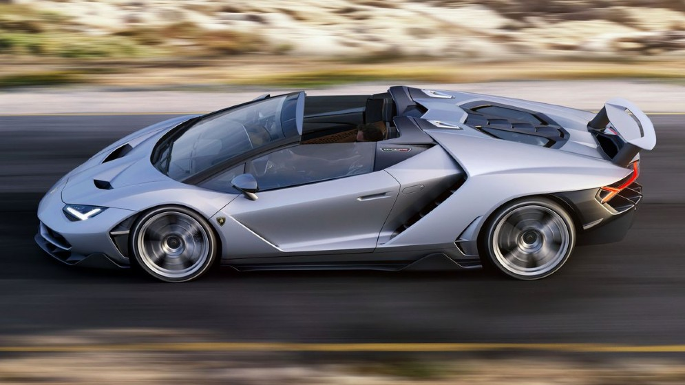 L'alettone posteriore è retrattile: può allungarsi di 150 mm e ruotare di 15 gradi per generare una maggiore deportanza alle alte velocità