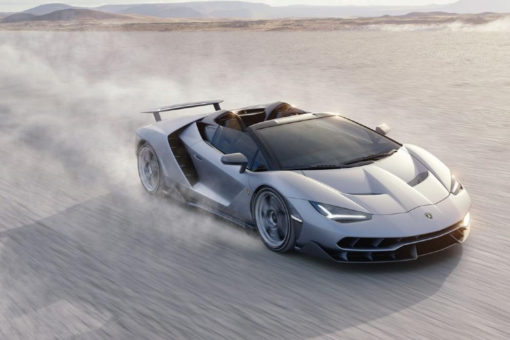 Velocità massima superiore ai 350 km/h, scattando da 0 a 100 km/h in 2,9 secondi
