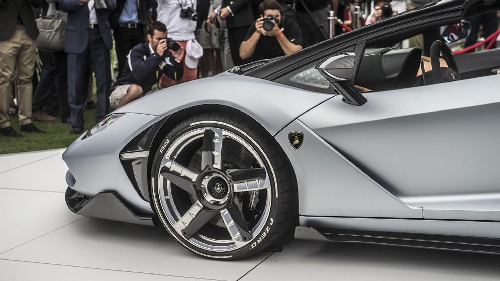 """Pneumatici Pirelli PZero montati su cerchi anteriori e posteriori rispettivamente da 20""""/21"""", realizzati in alluminio forgiato"""