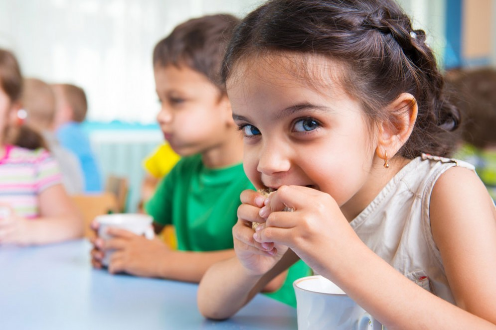Lo zucchero fa male ai bambini, gli esperti consigliano di vietarlo fino ai 2 anni