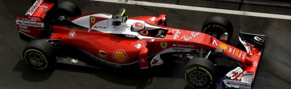 Kimi Raikkonen esce dai box