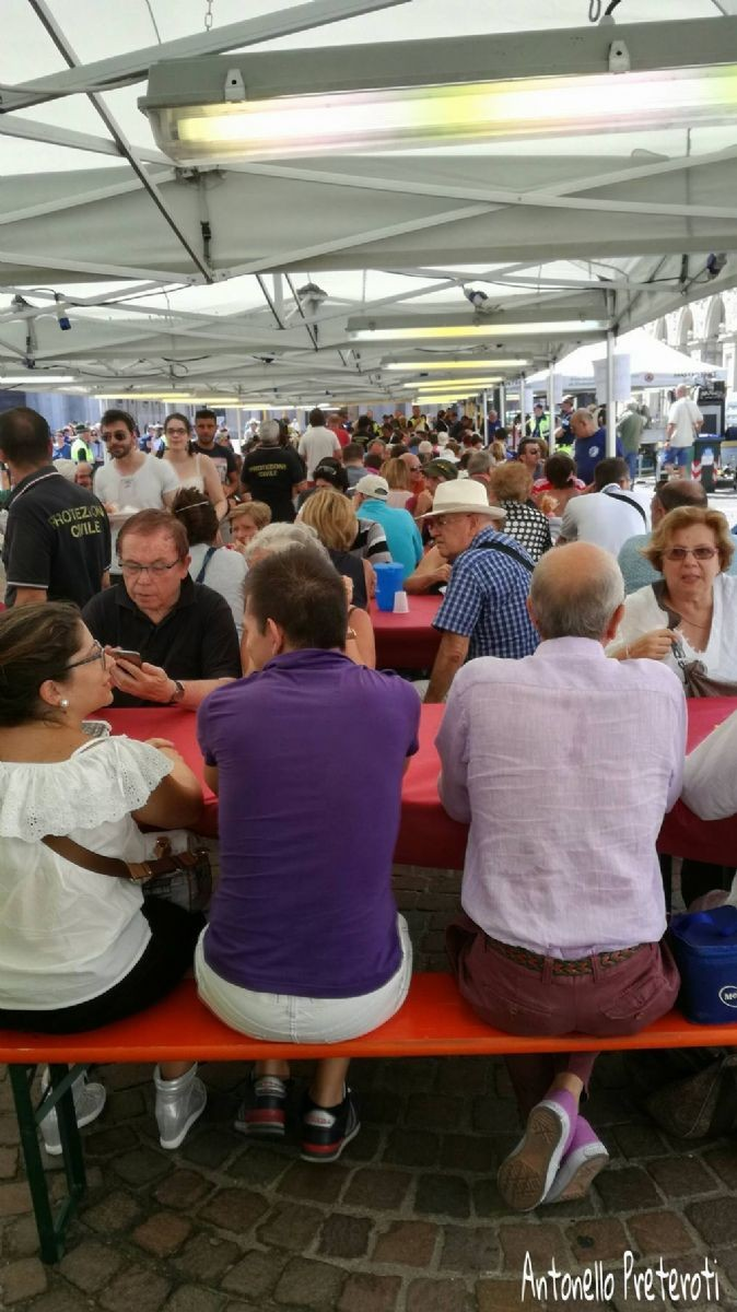 Spaghettata di solidarietà in piazza San Carlo