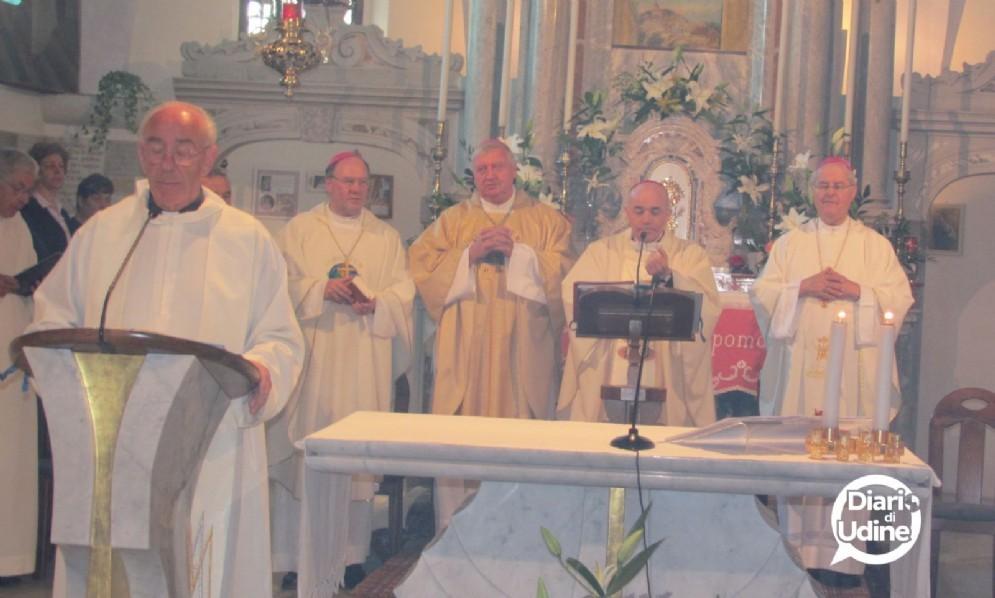 Il parroco di Camporosso nella chiesa del Lussari (è il primo a sinistra)