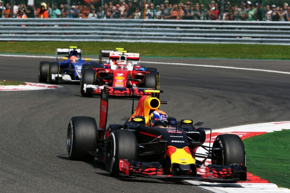 L'olandese davanti a Kimi Raikkonen durante la gara