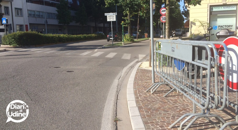 L'inizio di viale Venezia a Udine con le transenne in primo piano
