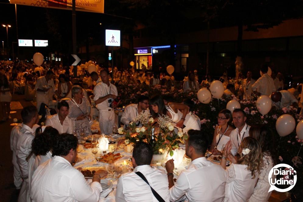 I partecipanti alla Cena in bianco (© Diario di Udine)
