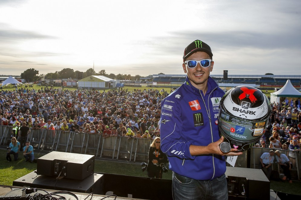 Jorge Lorenzo davanti al pubblico di Silverstone