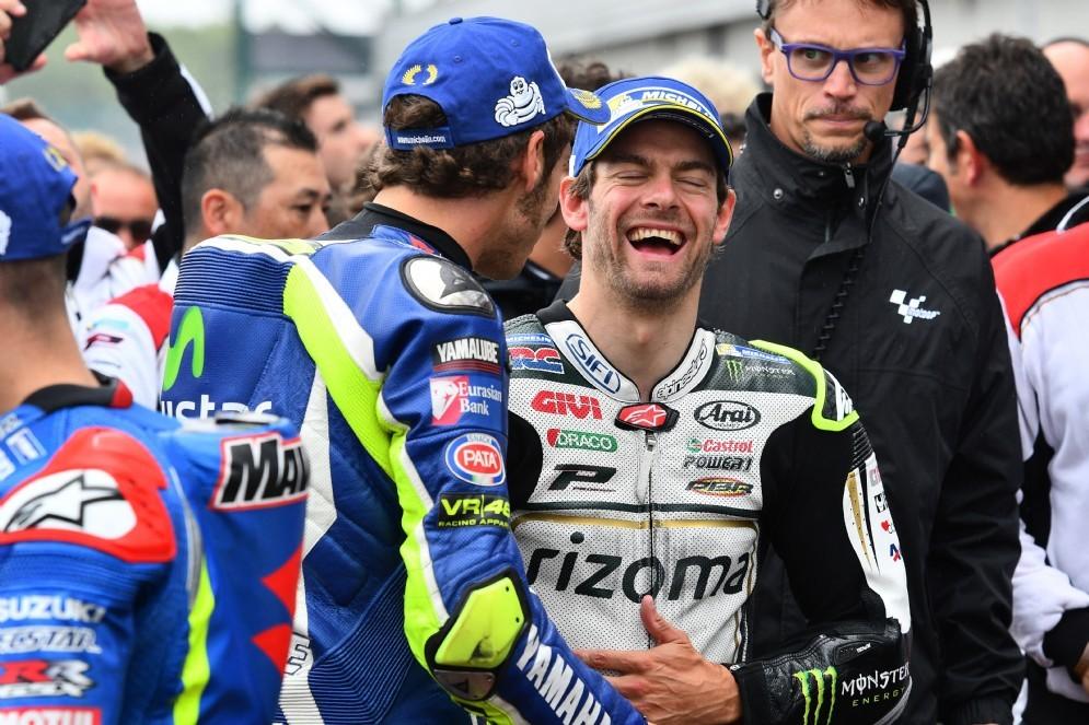 Cal Crutchlow se la ride con Valentino Rossi