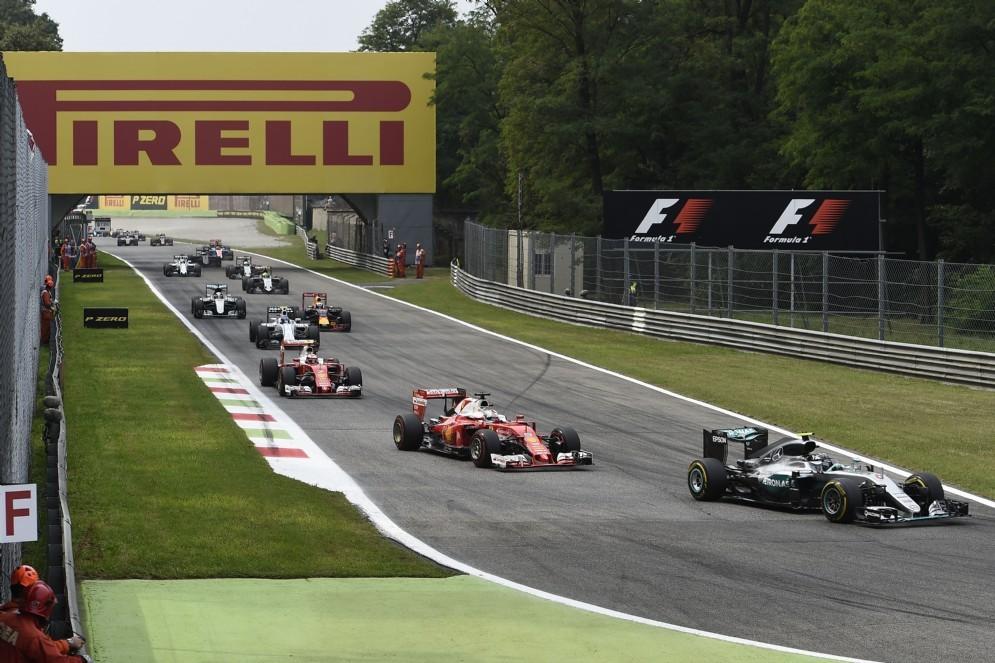 Hamilton alla rincorsa nel primo giro della gara