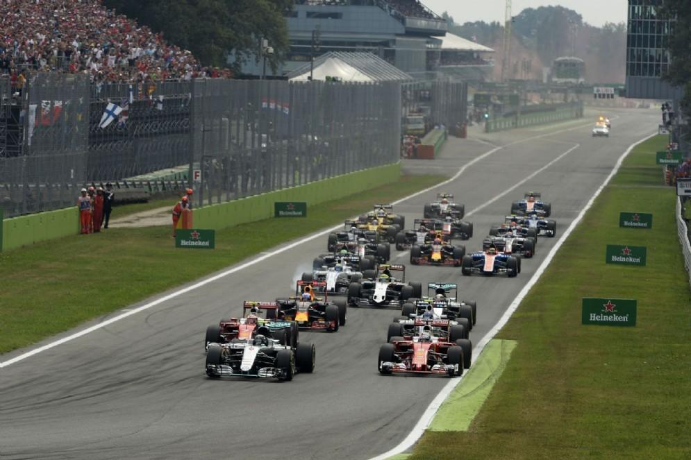 Vettel all'attacco di Nico Rosberg alla partenza